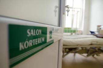 Beteglátogatás a kórházban: egyes osztályokon csak ajánlott, máshol kötelező az oltás vagy a teszt