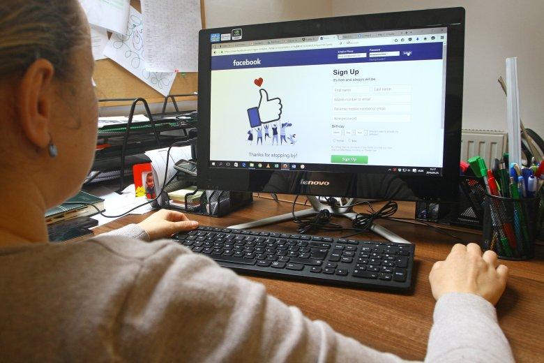 Négyezer lejes kártérítést köteles fizetni húgának egy férfi Facebook-bejegyzése miatt
