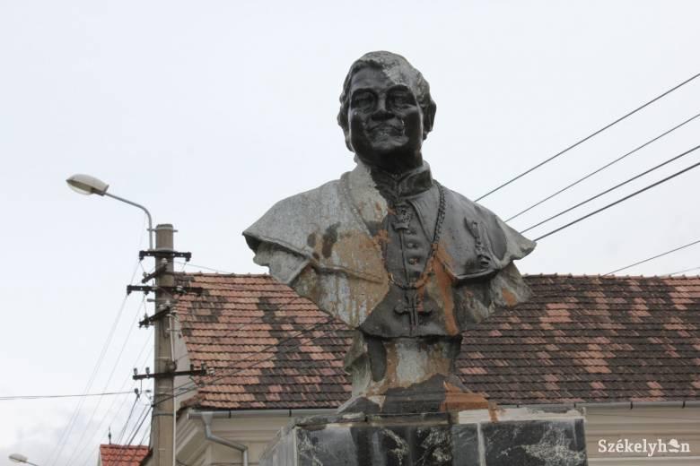 Püspökök emlékműveit öntötték le