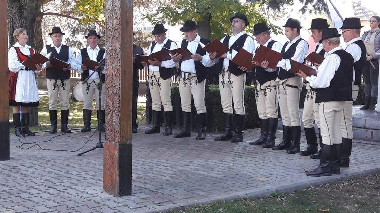 Férfi dalkör a katonadalok továbbéltetéséért
