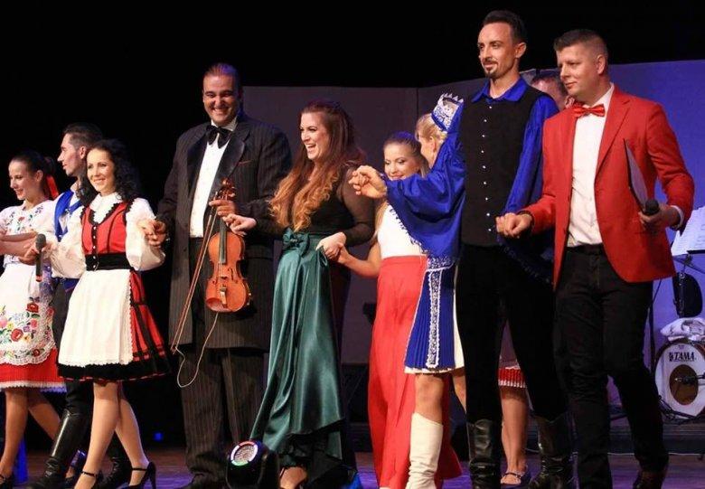 Génsebészetet tanul, és a Budapesti Showszínházzal énekel