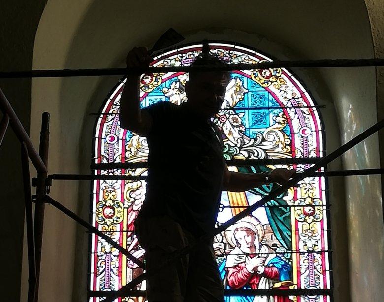 Helyükre kerülnek a gyergyószentmiklósi örmény templom restaurált ólomüveg-ablakai