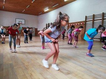 Táncolnak a fiatalok Gyergyóremetén</h2>
