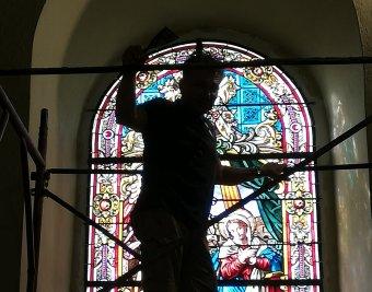 Helyükre kerülnek a gyergyószentmiklósi örmény templom restaurált ólomüveg-ablakai</h2>