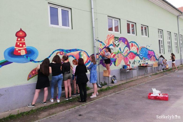 Formát öltő vonalak és minták az iskola falán