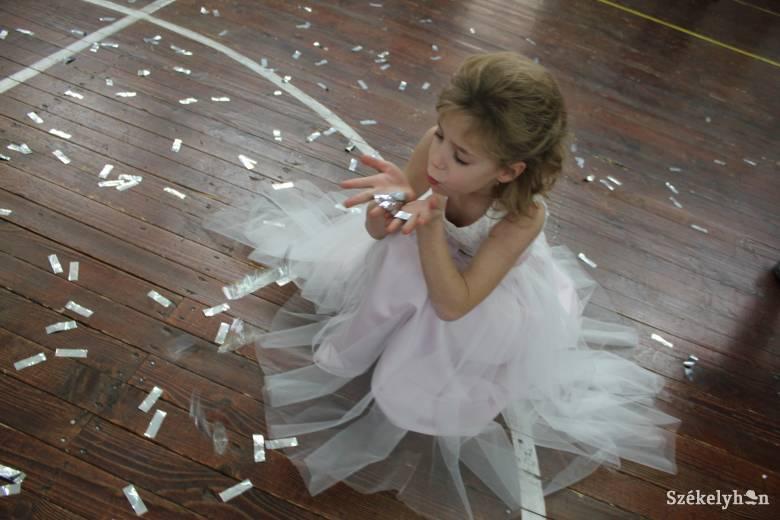 Az esküvői kiállításon koszorúslány-ruhából is volt választék • Fotó   Baricz-Tamás Imola cfc44fe57c