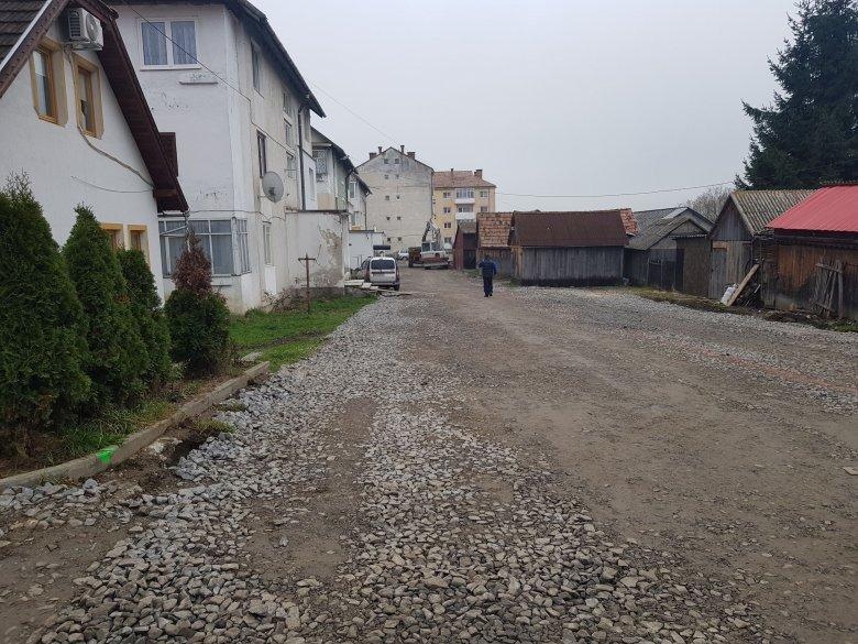 Felújítás előtt a gyergyóditrói tömbházak környéke