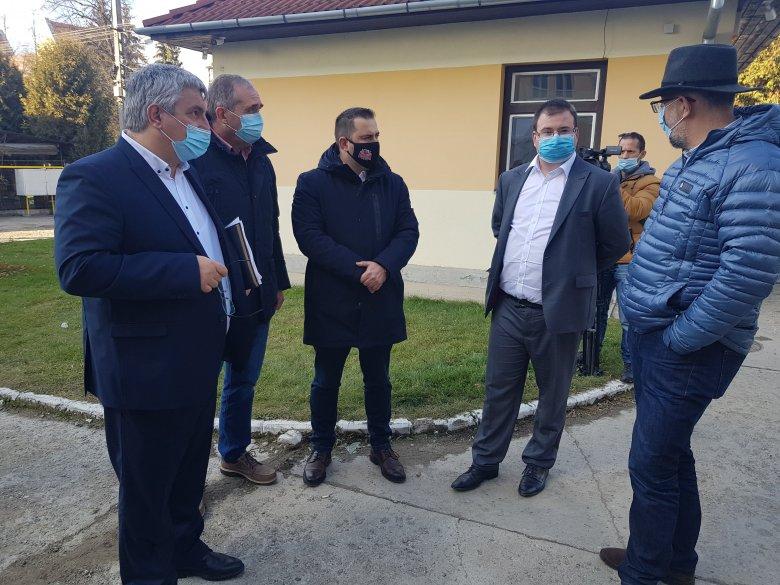 A gyergyószentmiklósi kórháznál tartott terepszemlét Kelemen Hunor