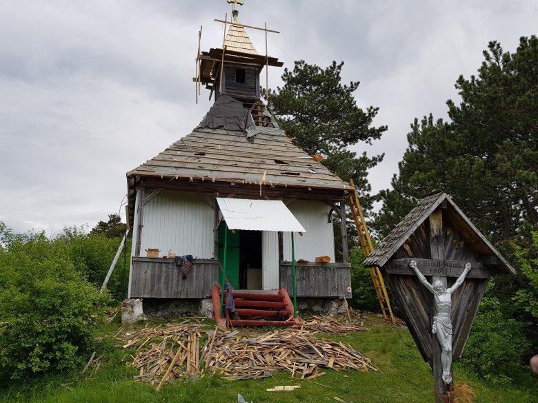 Ráfért már a tetőjavítás a kápolnára