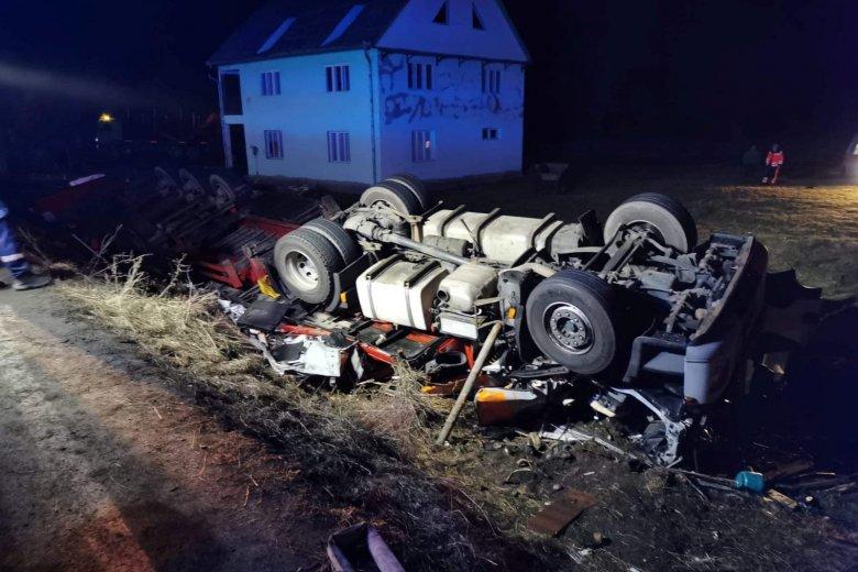 Életét vesztette a felborult teherautó vezetője