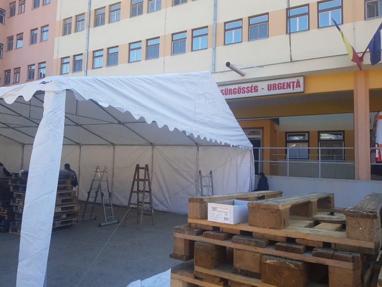 Betegosztályozó sátrat húztak fel a gyergyószentmiklósi kórháznál is