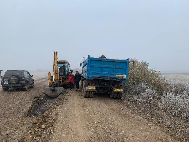 Forgalmas mezőgazdasági utakat javítanak Gyergyóalfaluban