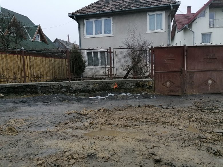 Sárral, tört kővel tömik a gödröket, embertelen körülményekre panaszkodnak a lakók