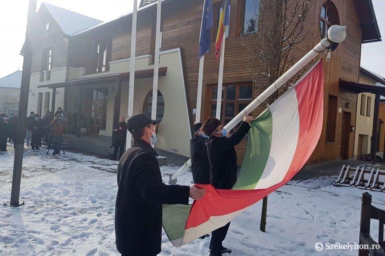 Népes, de nem ünnepi: zászlólevonásra gyűltek össze Gyergyóremetén