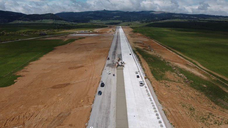Félig elkészült már a gyergyóremetei reptér kifutópályája