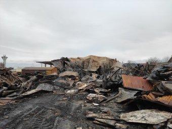 Tizenkét órát harcoltak a tűzzel, teljesen leégett a gyergyószentmiklósi bútorraktár