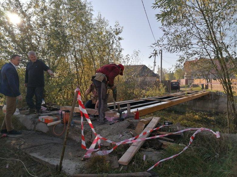 Elkezdték a két éve beszakadt Békény-híd építését Gyergyószentmiklóson