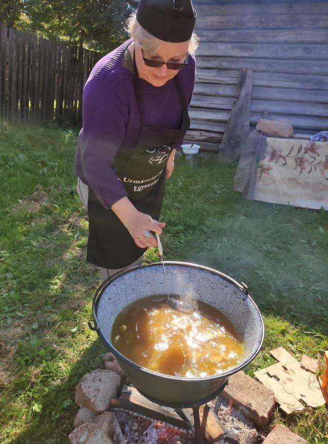 Készül az ángádzsábour leves, a maroshévízi Dr. Urmánczy Nándor Egyesület tagjai is főztek •  Fotó: Barabás Orsolya