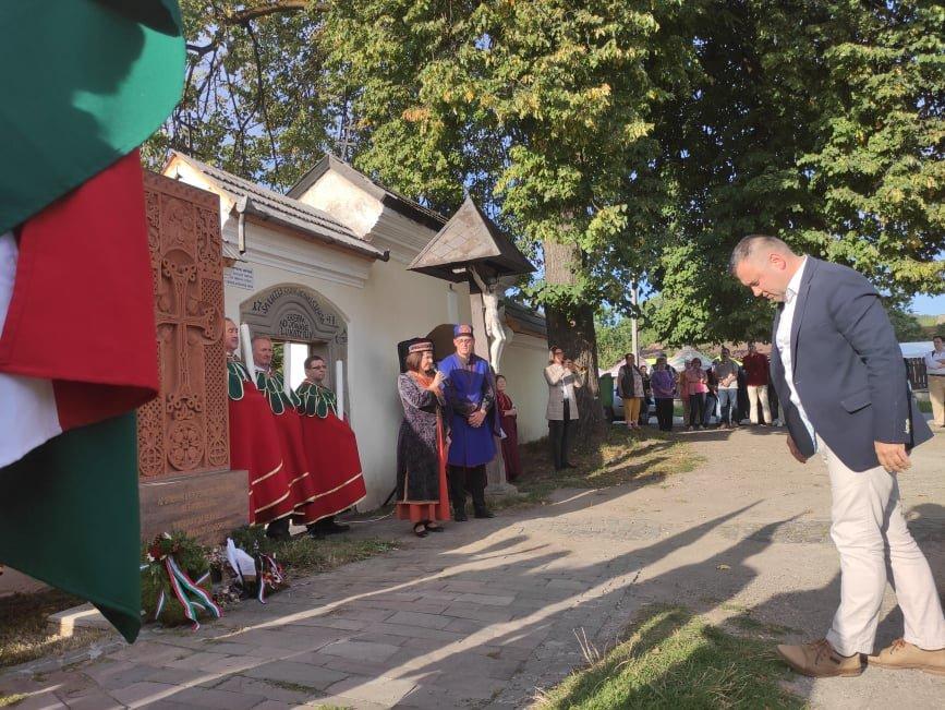 Barti Tihamér, Hargita Megye Tanácsánának alelnöke is tisztelgett az örmény emlémű előtt •  Fotó: Barabás Orsolya