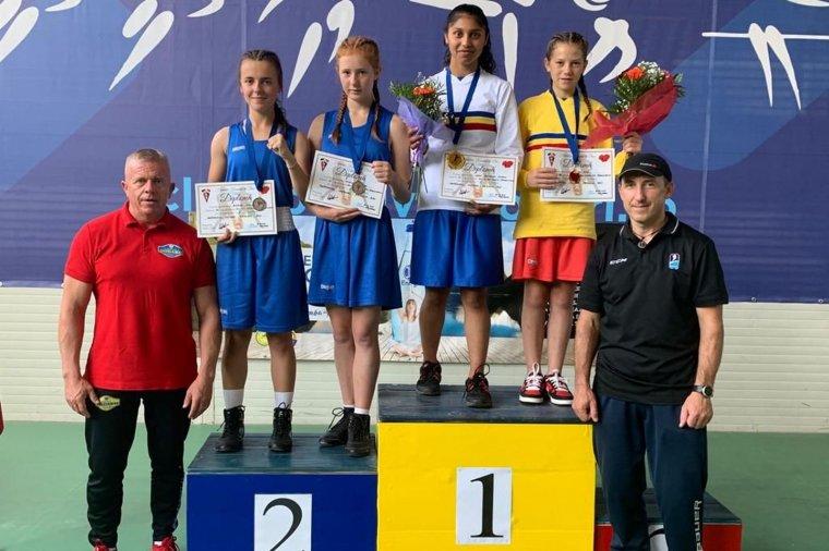 Két aranyat és két ezüstöt nyertek a gyergyói bokszoló lányok