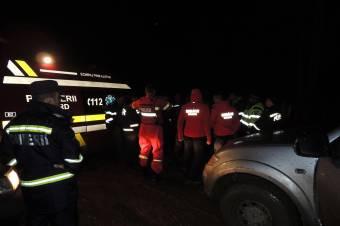 Elakadtak a hóban, hegyimentők és tűzoltók siettek a segítségükre