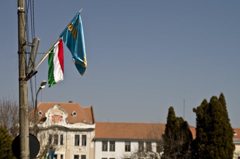 Kézdivásárhely polgármesterének ki kell fizetnie a március 15-i magyar zászlók miatt kirótt prefektusi bírságot