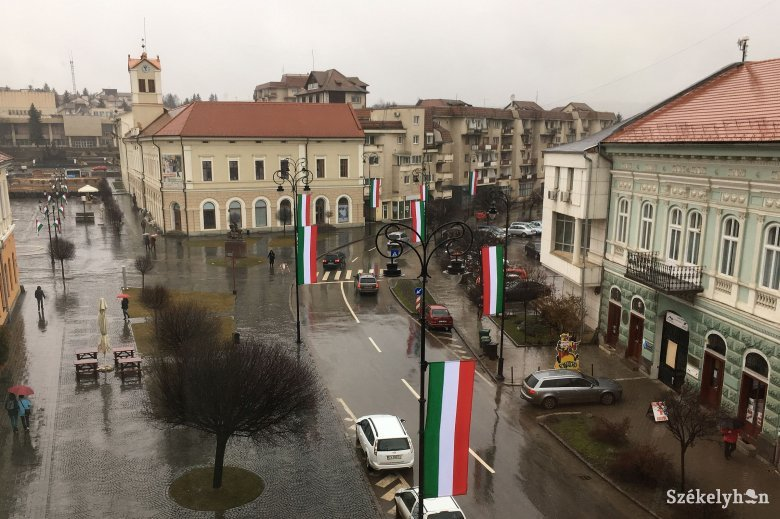Román trikolórt akar a prefektus a piros-fehér-zöld zászlók mellé