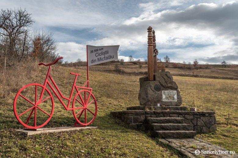 Kerékpáros emlékmű Mikóújfaluban – Fejér Ákosra, a példás pedagógusra, testnevelő tanárra emlékezünk