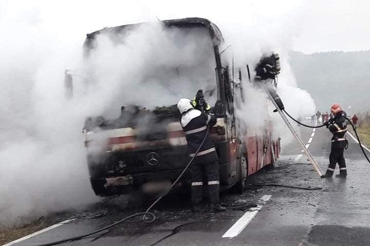 Menet közben kigyulladt és teljesen kiégett egy utasokat szállító autóbusz Háromszéken