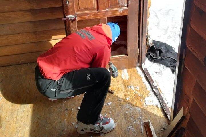Ismeretlen tettesek megrongálták a Lakóca menedékhelyet, a hegyimentők kijavították a kárt