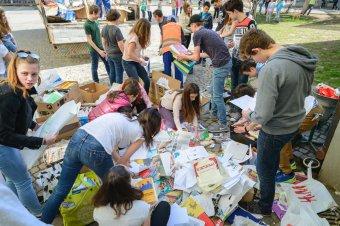 Több teherautónyi papírt gyűjtöttek a diákok