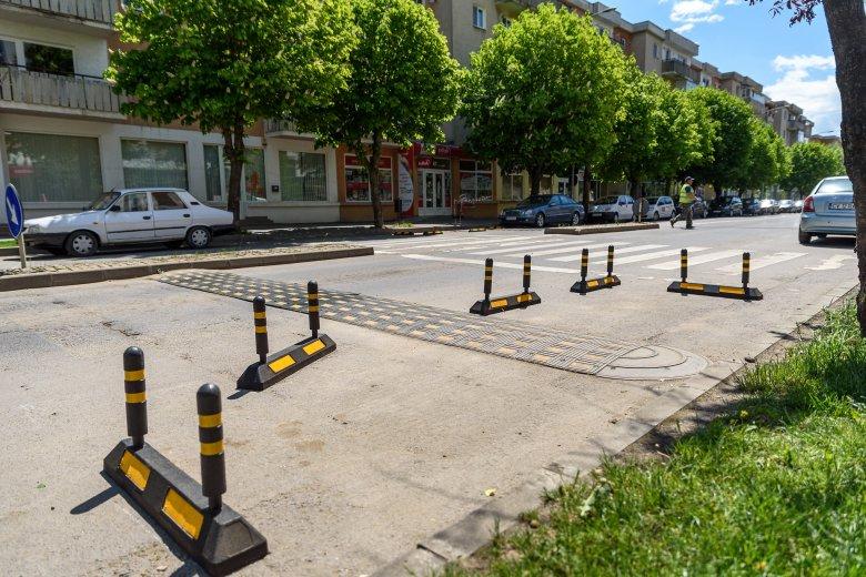 Lopják a gyalogosok biztonságát növelő elemeket
