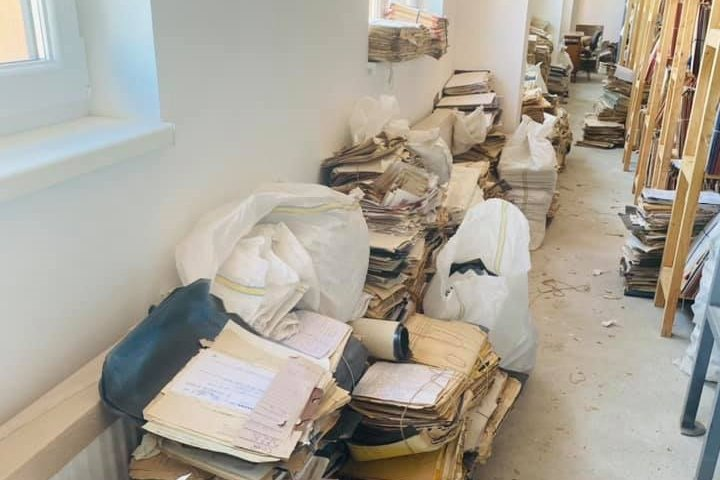 A Kovászna megyei nyugdíjpénztár rendetlen archívumáról tett közzé fotókat a munkaügyi miniszter