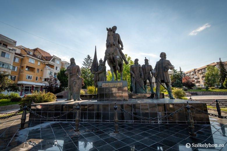 Kovászna megye prefektusa is elítéli a szoborrongálást
