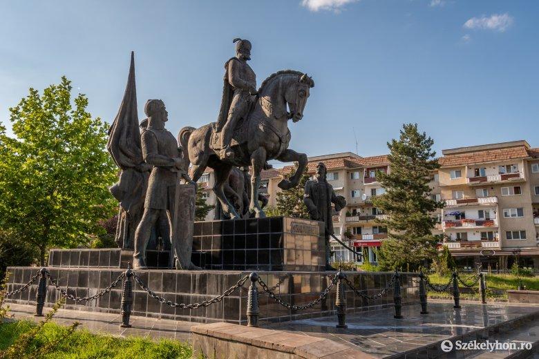 Elítéli a szoborrongálást Sepsiszentgyörgy önkormányzata, várják a szemtanúkat