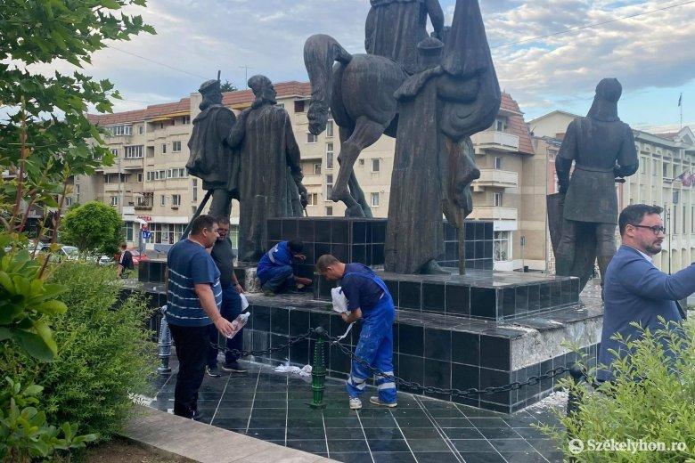 Magyar zászlót festettek a sepsiszentgyörgyi Mihai Viteazul-szoborcsoport talapzatára