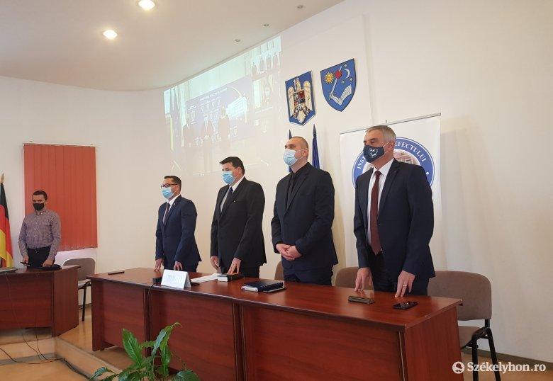 Beiktatták a Kovászna megyei prefektust, beszólt a belügyminiszter Kovászna és Hargita megyéknek
