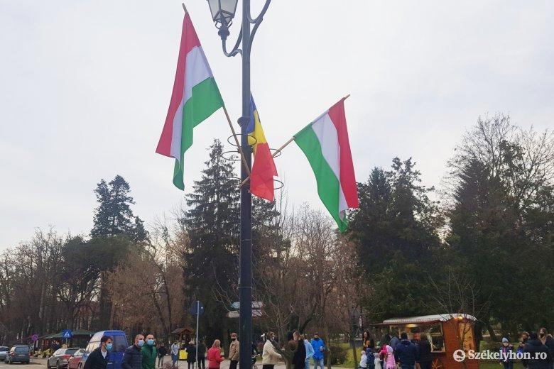 Néhány órán át egy román zászló is lobogott a magyar szimbólumok között Sepsiszentgyörgy főterén