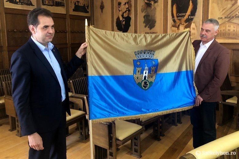 Évekig egy bukaresti fiókban porosodott Sepsiszentgyörgy zászlója, de hamarosan kitűzve láthatjuk
