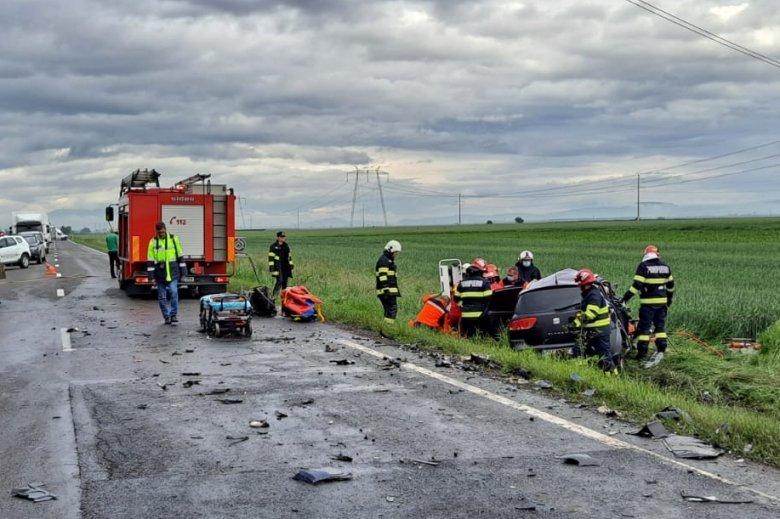 Áttért a menetirányával ellentétes sávra, frontálisan ütközött egy teherautóval