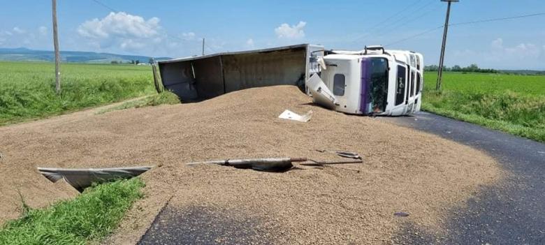 Oldalára dőlt teherautó akadályozta a forgalmat az országúton