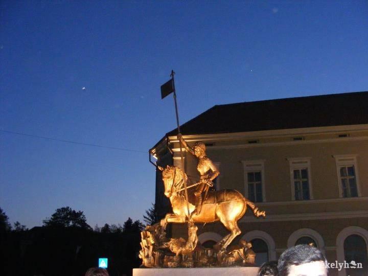 A prágai Szent György-szobor másolata Sepsiszentgyörgyön