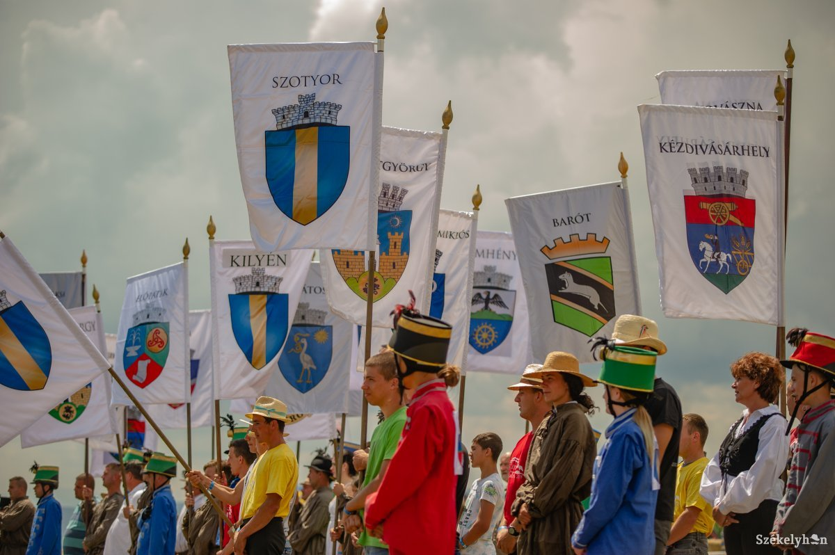 https://media.szekelyhon.ro/pictures/haromszek/aktualis/szekely-vagta-2018/o_szekely-vagta-megnyito-gn_-16.jpg