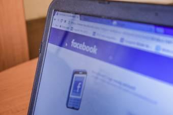 Újabb botrány: politikai befolyásolást célzó profilokat azonosított a Facebook