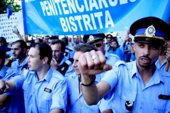 A belügyminisztérium épülete előtt tüntettek a börtönőrök, rendőrök és tartalékos katonák