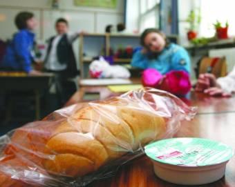 """Nem maradnak éhesek a legkisebbek: keretszerződésekkel védik ki a tej-kifli program """"közbeszerzési kínjait"""" az erdélyi megyékben"""
