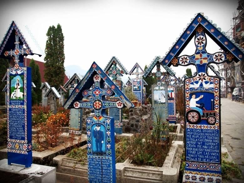 Lopják a szaploncai vidám temető fejfáit