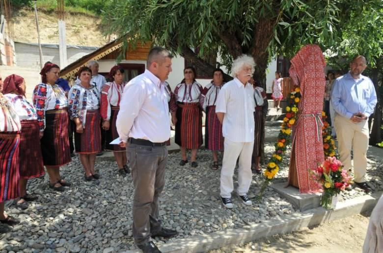 Népnevelőnek avattak szobrot Magyarfaluban