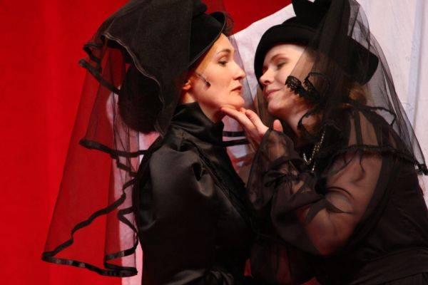 Suttogások és sikolyok – évtizedes sikertörténet a kolozsvári színpadon. Nyerj rá jegyet te is!