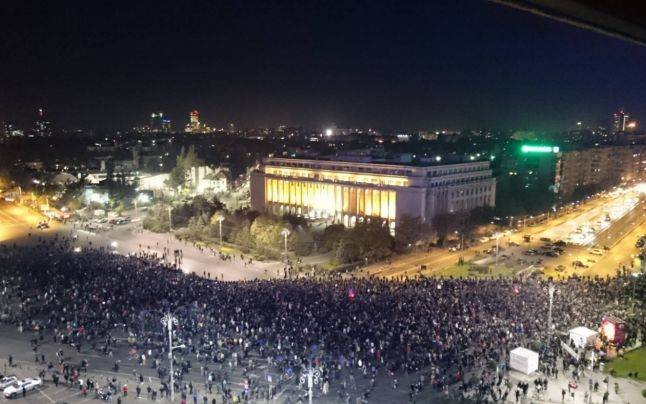 Bukaresti tűzvész: tízezrek a kormányellenes tüntetésen